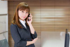 事務所で電話する女性